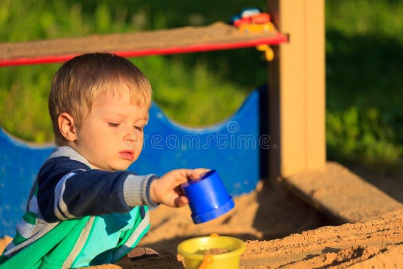 Chłopiec bawić się w piaskownicie obraz royalty free