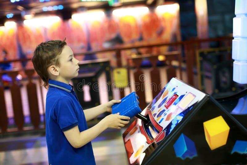 Chłopiec bawić się w rozrywki centrum zdjęcia royalty free