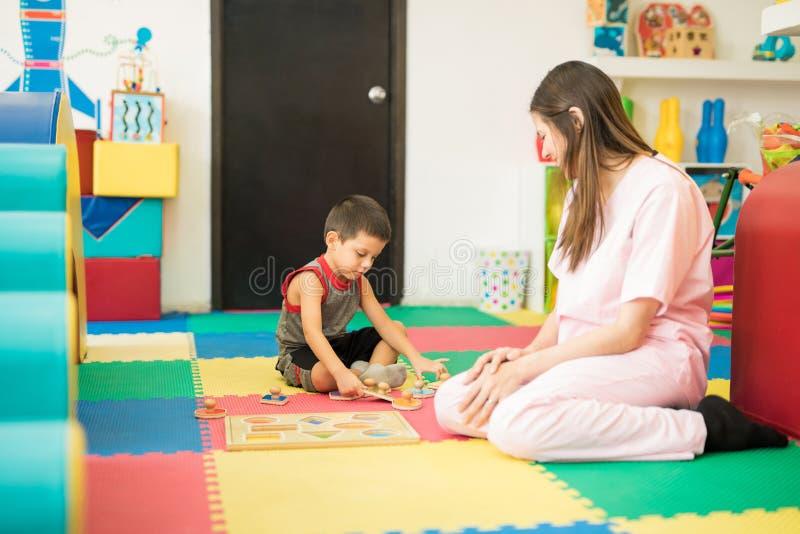 Chłopiec bawić się w terapii centrum obrazy stock