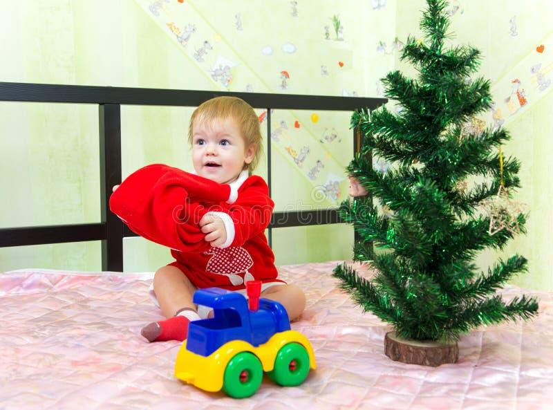 Chłopiec bawić się z Święty Mikołaj kapeluszem w domu zdjęcia stock