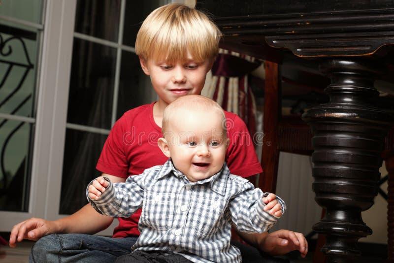 Chłopiec bawić się z bratem obraz royalty free