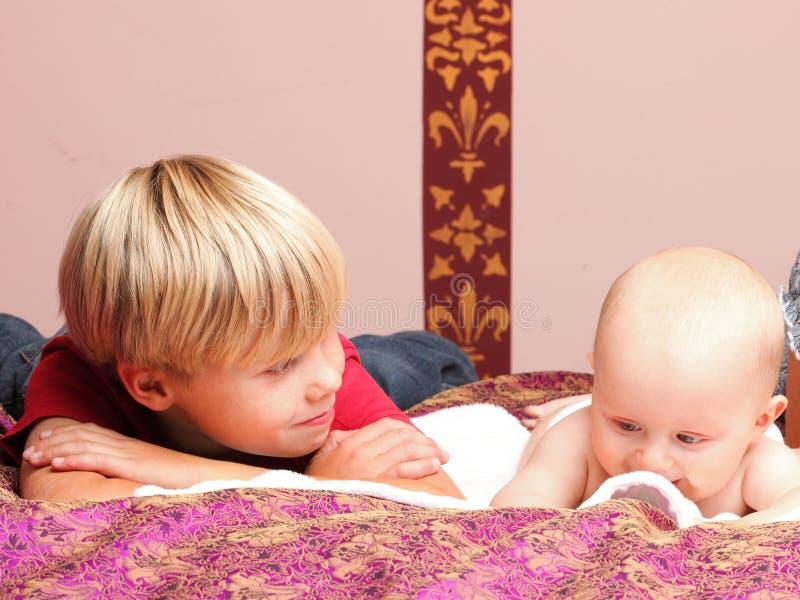 Chłopiec bawić się z bratem obrazy stock