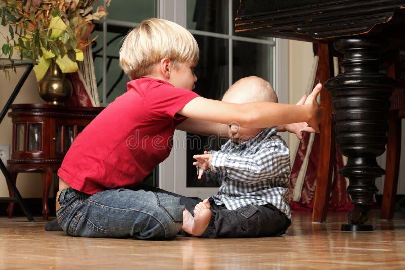 Chłopiec bawić się z bratem zdjęcia royalty free