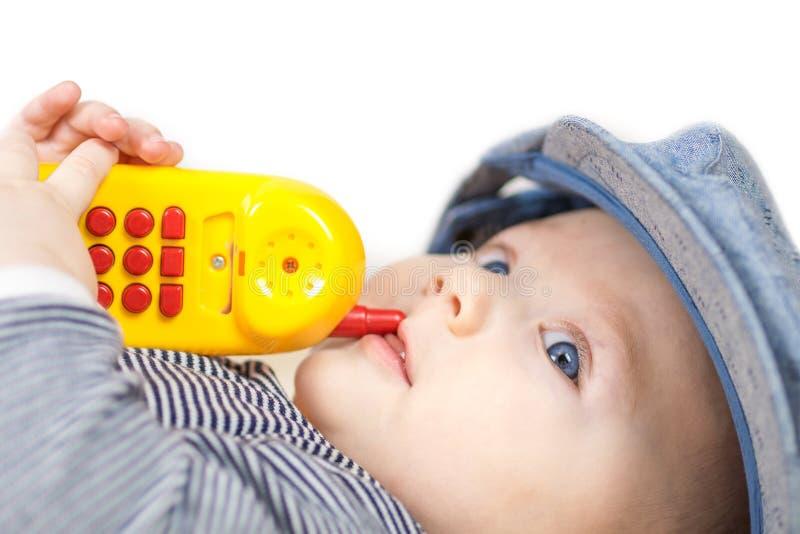 Chłopiec bawić się z dziecko telefonem komórkowym zdjęcie royalty free