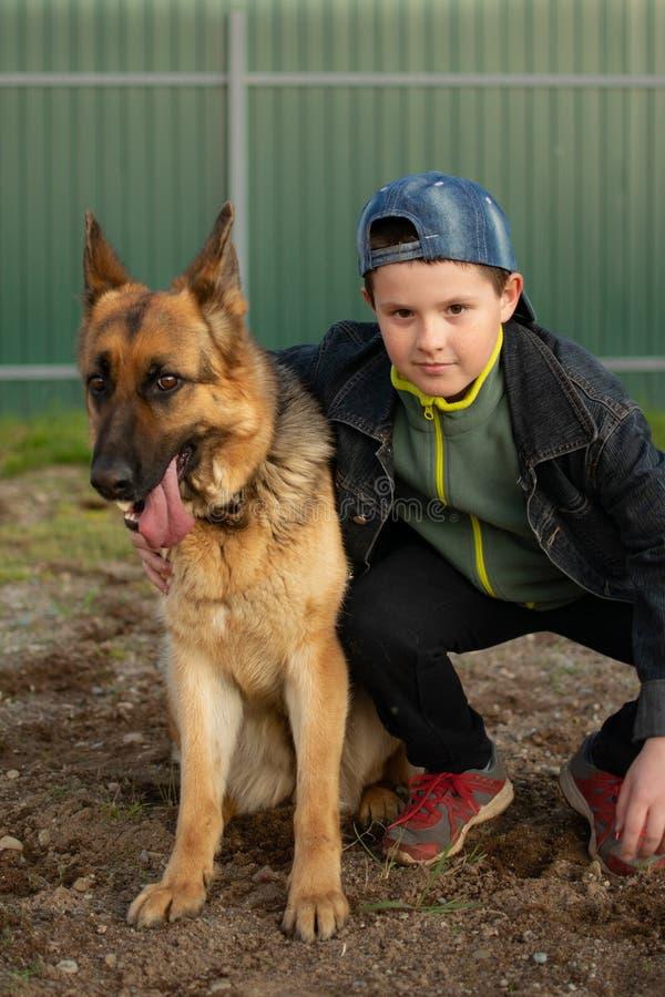 Chłopiec bawić się z jego najlepszym przyjacielem fotografia stock