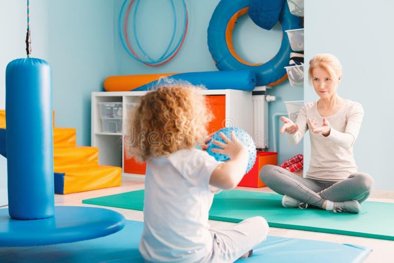 Chłopiec bawić się z jego terapeuta zdjęcia royalty free