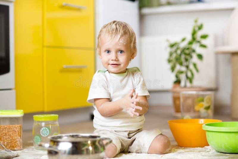 Chłopiec bawić się z kitchenware i żywność fotografia royalty free