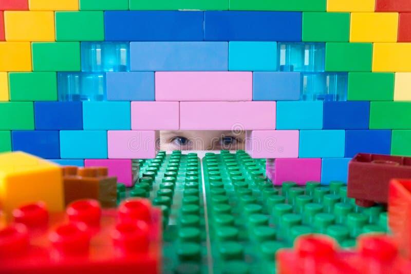 Chłopiec bawić się z koloru projektantem na stole Jaskrawe akademie królewskie fotografia stock