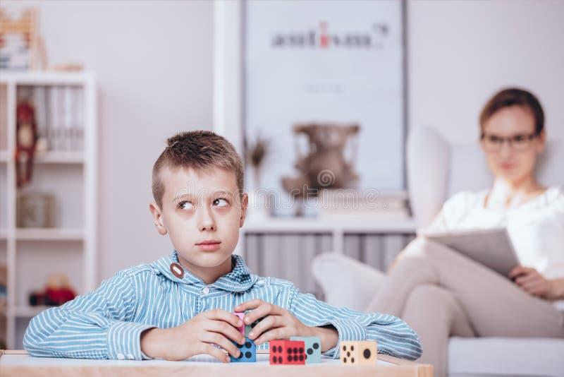 Chłopiec bawić się z kostka do gry zdjęcie royalty free