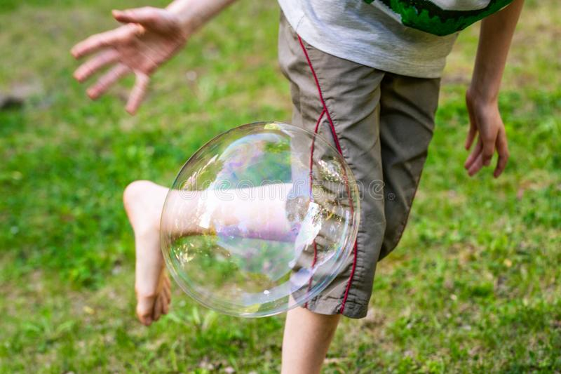 Chłopiec bawić się z mydlanymi bąblami zdjęcie royalty free