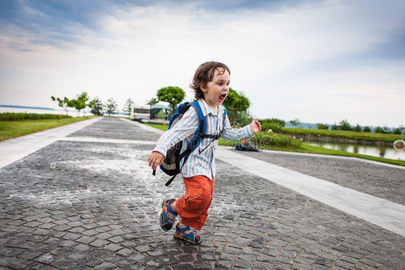 Chłopiec bawić się z mydlanymi bąblami zdjęcia royalty free