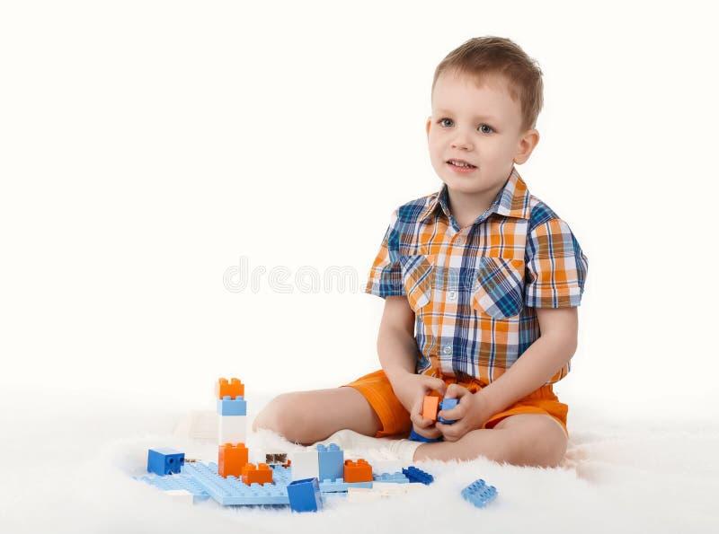 Chłopiec bawić się z projektantem obraz royalty free