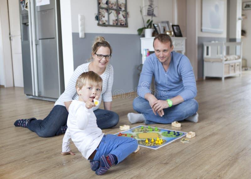 Chłopiec bawić się z rodzicami obrazy royalty free