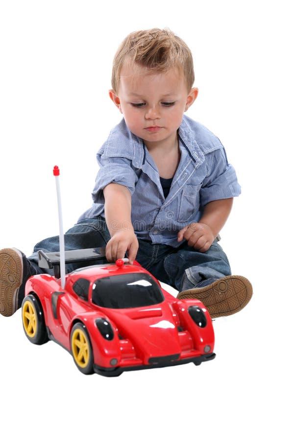 Chłopiec bawić się z samochodem wyścigowym obraz royalty free