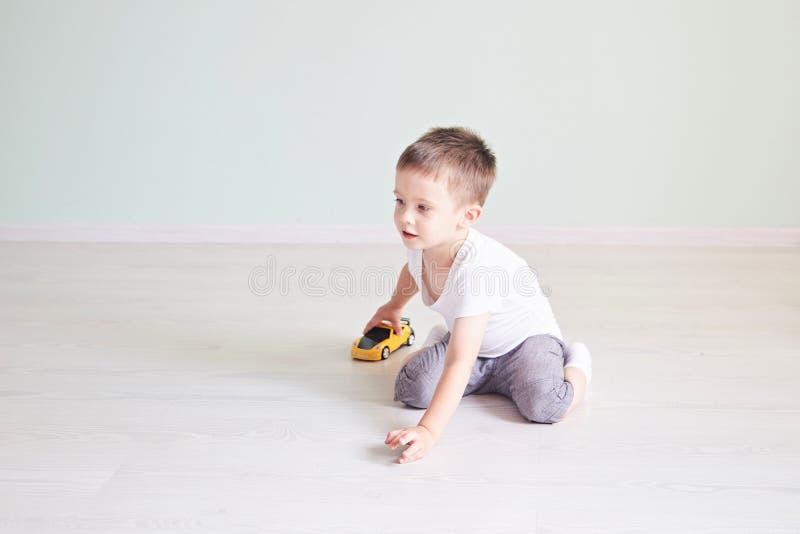 Chłopiec bawić się z samochodowym pilotem zdjęcie royalty free