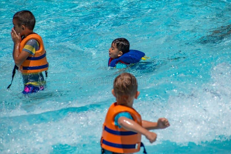 Chłopiec bawić się z sztucznymi falami w basenie przy Aquatica w zawody międzynarodowi Jadą teren 3 obraz stock