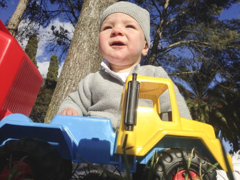 Chłopiec bawić się z usyp ciężarówką w parku obrazy stock