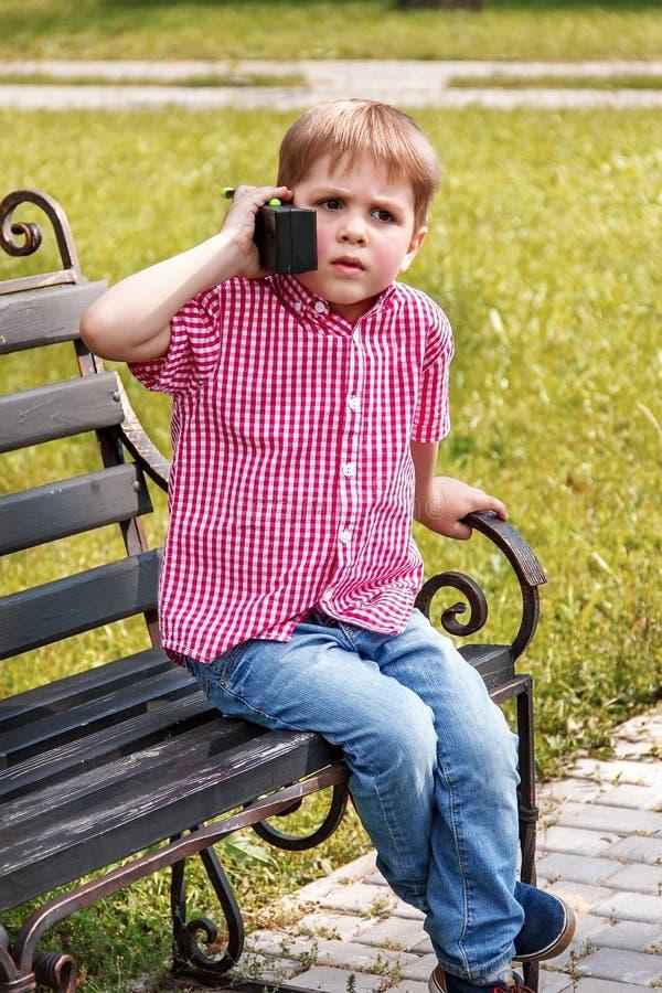 Chłopiec bawić się z walkie talkie na ulicie w boisko dowcipie obrazy royalty free