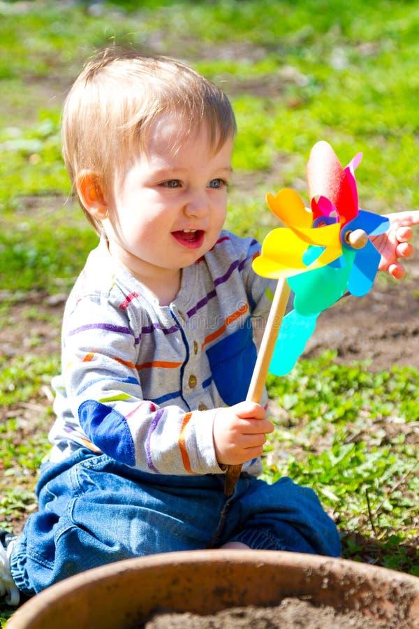 Chłopiec Bawić się Z wiatr zabawką zdjęcie stock