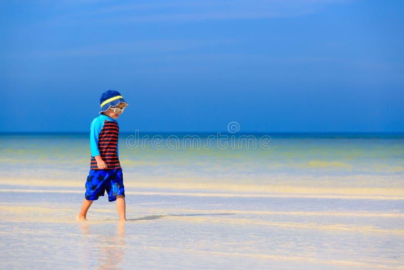 Download Chłopiec Bawić Się Z Wodą Na Lato Plaży Obraz Stock - Obraz złożonej z szczęśliwy, preschool: 53791945