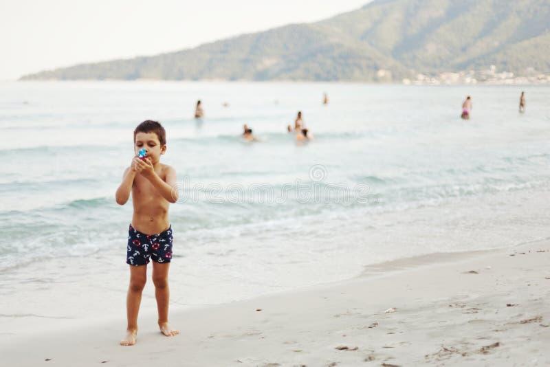 Chłopiec bawić się z zabawką zdjęcia royalty free