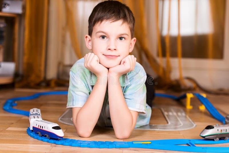 Chłopiec bawić się z zabawkarski pozować fotografia stock