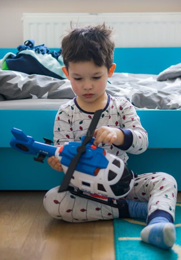 Chłopiec Bawić się Z Zabawkarskim helikopterem fotografia stock