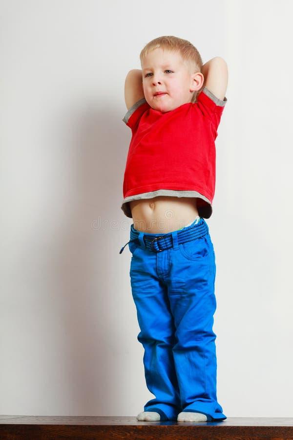 Chłopiec bawić się zabawę i ma zdjęcie stock