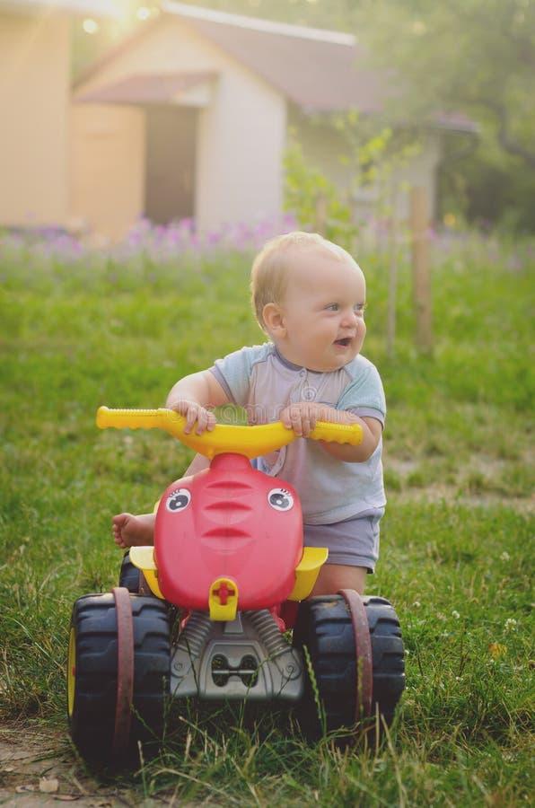 Chłopiec berbeć jedzie dużego zabawkarskiego samochód fotografia stock