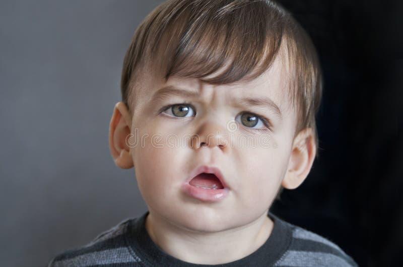 Chłopiec berbecia zakończenie up z ciekawym spojrzeniem na twarzy zdjęcie stock