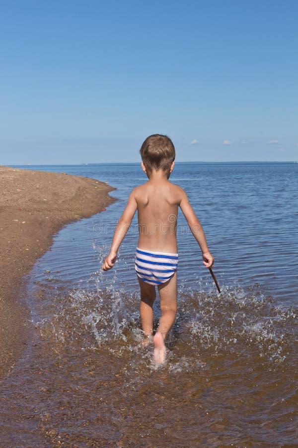 Chłopiec bieg przez wody fotografia royalty free