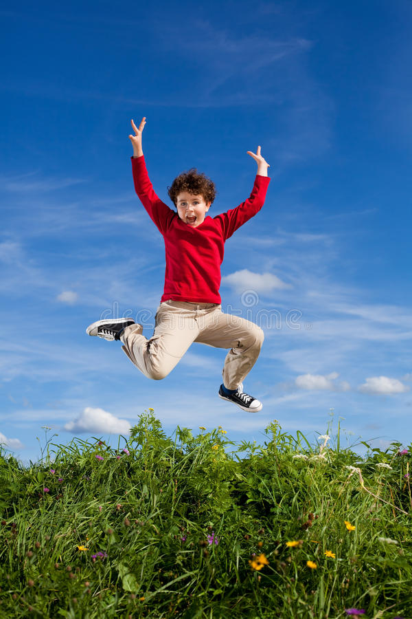 Chłopiec bieg, skakać plenerowy obraz stock
