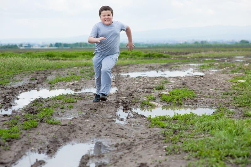 Chłopiec, bieg, sporty, ćwiczenie, sadło, dziecko ciężar, gubi ciężar, aktywny, ciężki zdjęcie royalty free