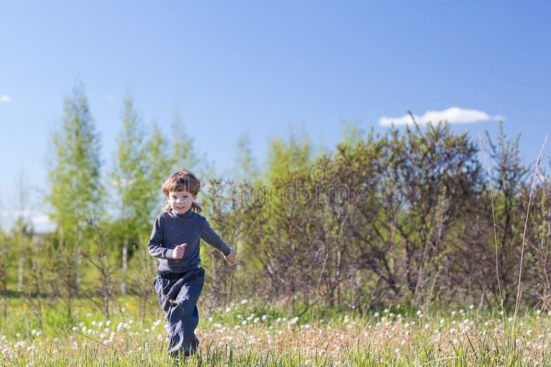 Chłopiec bieg w parku zdjęcia stock