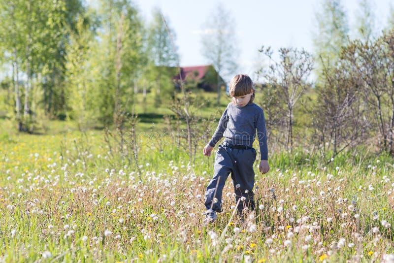 Chłopiec bieg w parku obrazy stock