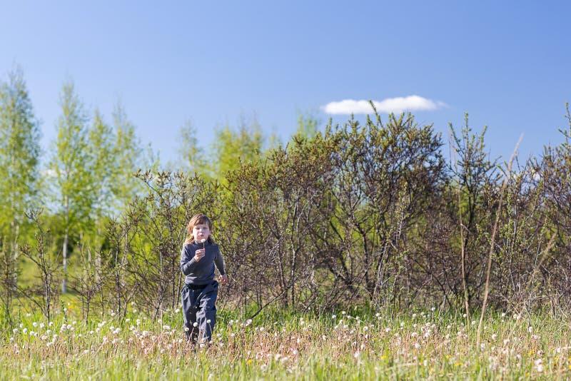 Chłopiec bieg w parku fotografia royalty free