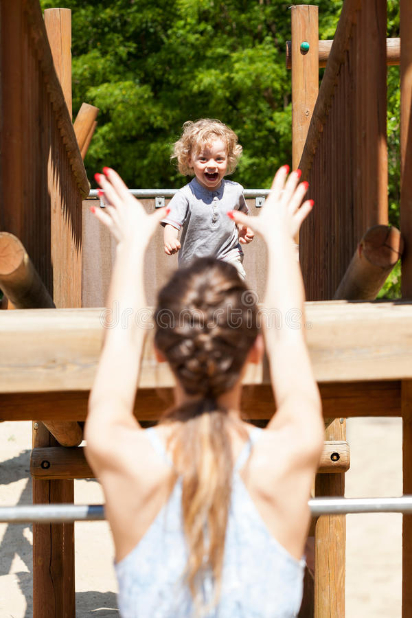 Chłopiec biega jego mum zdjęcia stock
