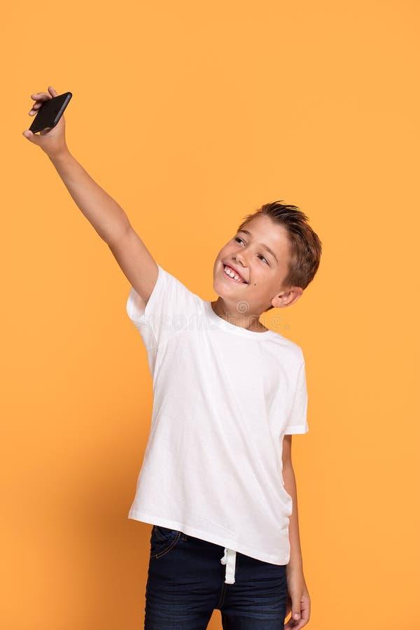 Chłopiec bierze selfie telefonem komórkowym zdjęcie royalty free
