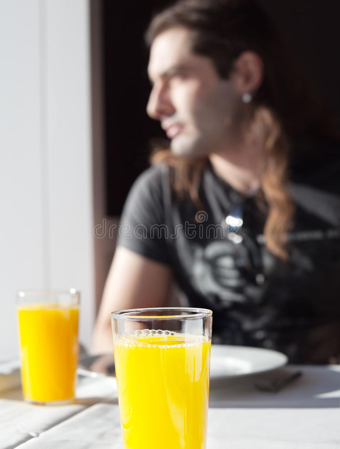 Chłopiec bierze szkło sok w świetle okno obraz royalty free