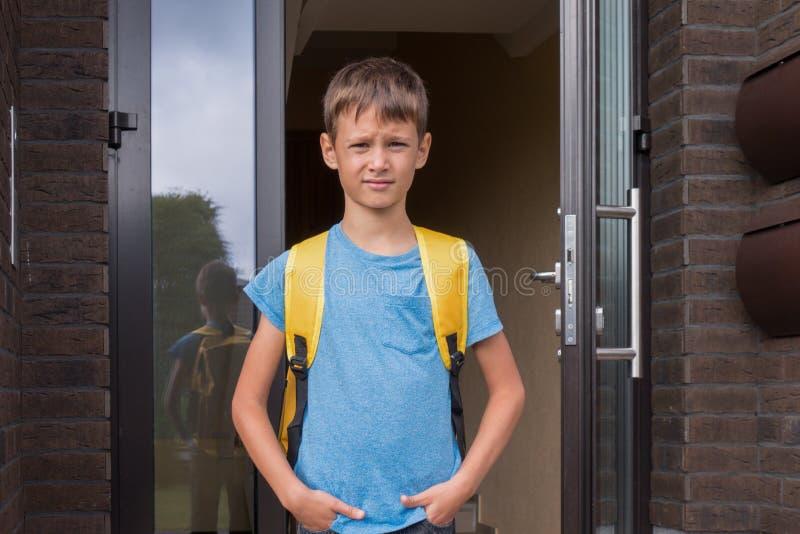 Chłopiec blisko mieszkaniowego mieszkanie domu gotowego iść szkoła zdjęcia royalty free