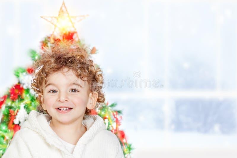 chłopiec boże narodzenia zbliżać drzewa fotografia royalty free