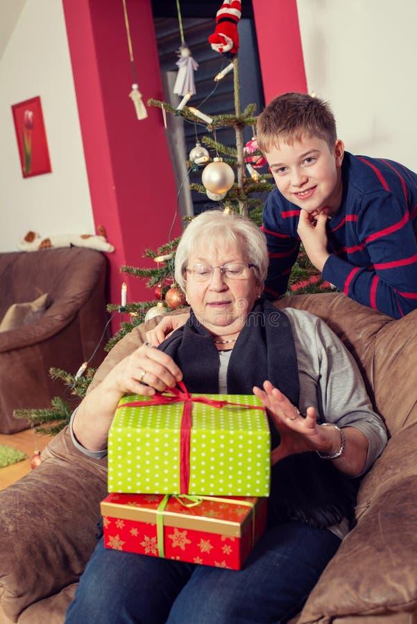 Chłopiec boże narodzenie teraźniejszość dla jego babci zdjęcie stock