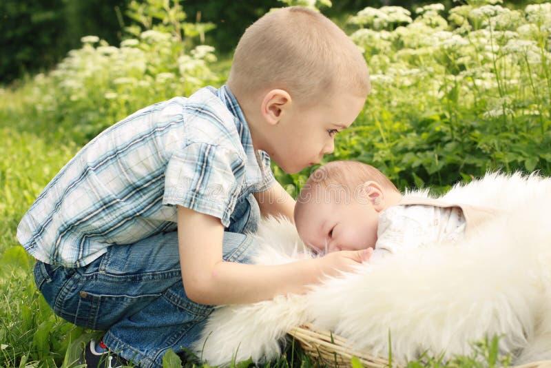 chłopiec brata ślicznego całowania mały outside zdjęcia royalty free