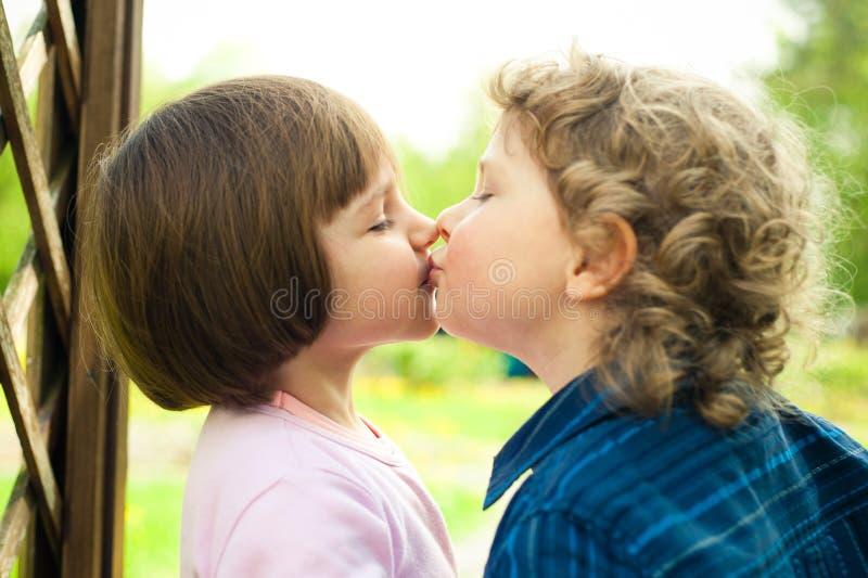 Chłopiec całuje dziewczyny zdjęcia stock