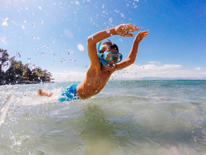Chłopiec chełbotanie w morzu zdjęcia stock