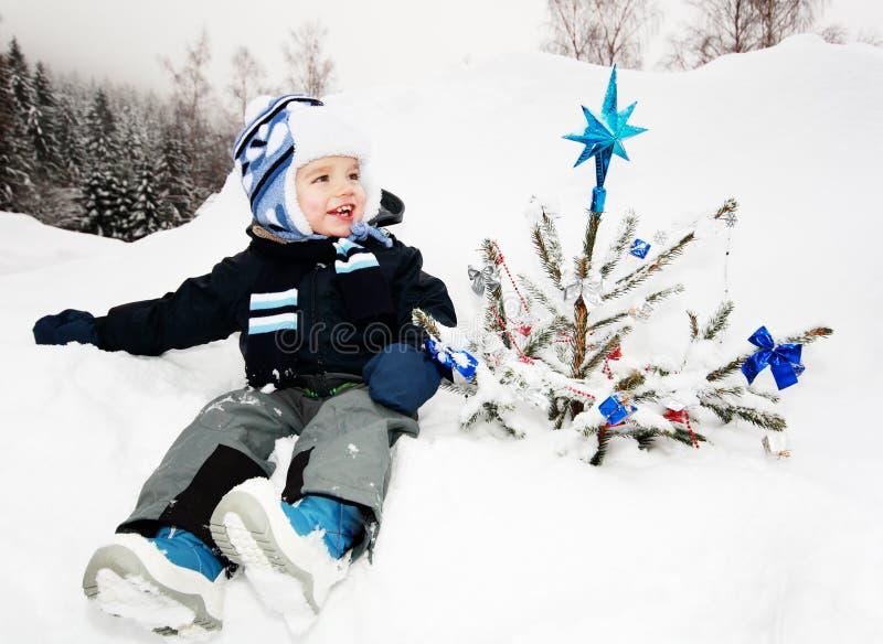 chłopiec choinka zdjęcie royalty free