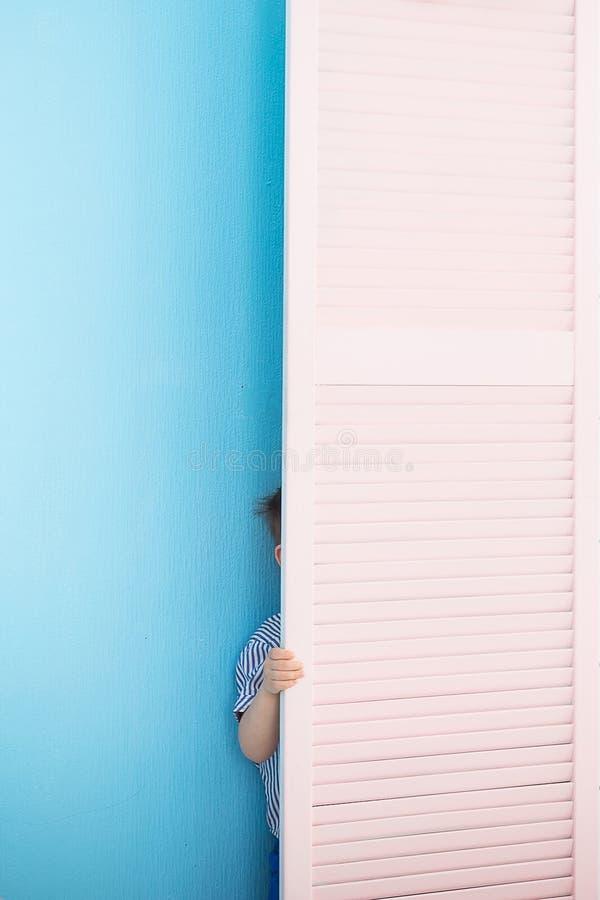 Chłopiec chuje za ekranem peekaboo zdjęcia stock