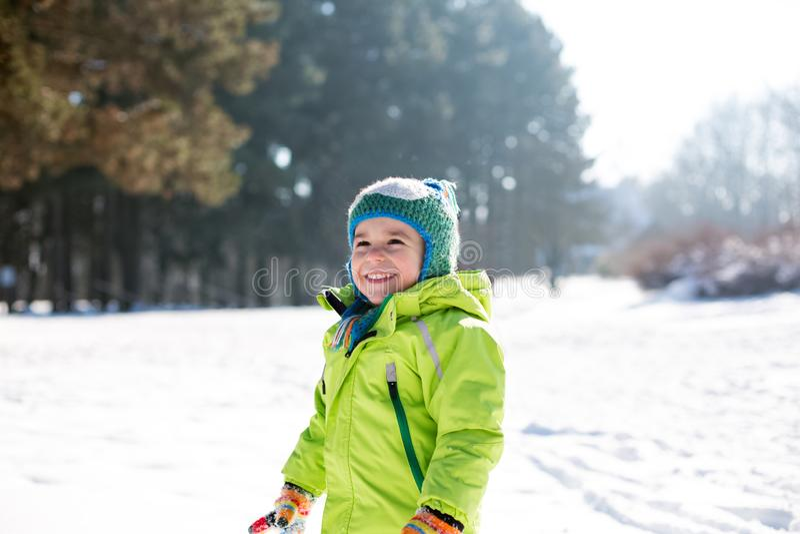 Chłopiec cieszy się jego czas w śniegu obraz stock