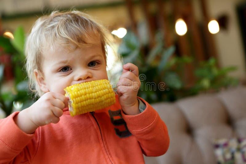 Chłopiec cob zjadliwa kukurudza obraz stock