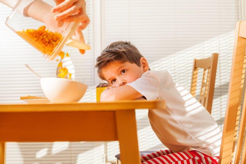 Chłopiec czekanie dla śniadania w pogodnym ranku zdjęcie royalty free